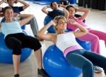 Aula de Pilates com bola na academia
