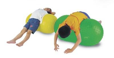 crianças alongamento bola feijão